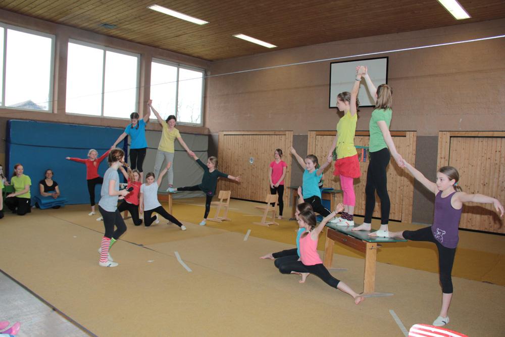 Akrobatikpyramiden mit Zuhilfenahme von Turngeräten