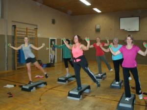 Dehnübung und Koordination auf dem Step-Brett