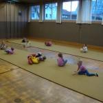 Erste Übungen auf der Bodenturnmatte